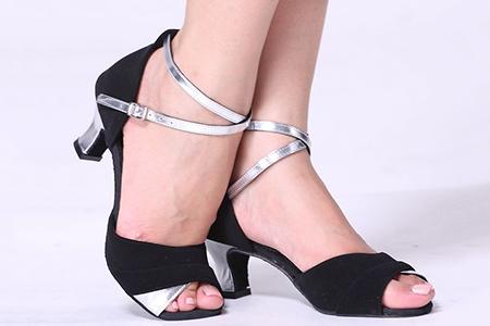 Chọn giầy khiêu vũ nữ