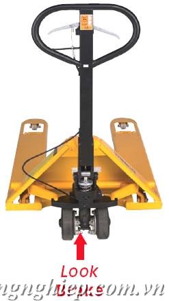 Xe nâng tay có phanh hay gọi là xe nâng phanh model BPT, được thiết kế với hệ thống phanh tay bánh sau thích hợp khi dùng xe trên nền dốc hoặc nâng vật dễ vỡ giá rẻ, nhanh, thuận tiện