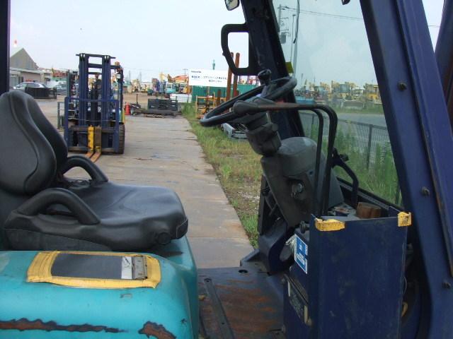 Xe nâng dầu cũ Komatssu 5 tấn FD50AT - 7 sản xuất 2002 với chiều cao nâng 3.5 mét và nâng được tải trọng 4.2 tấn, vận hành tốt
