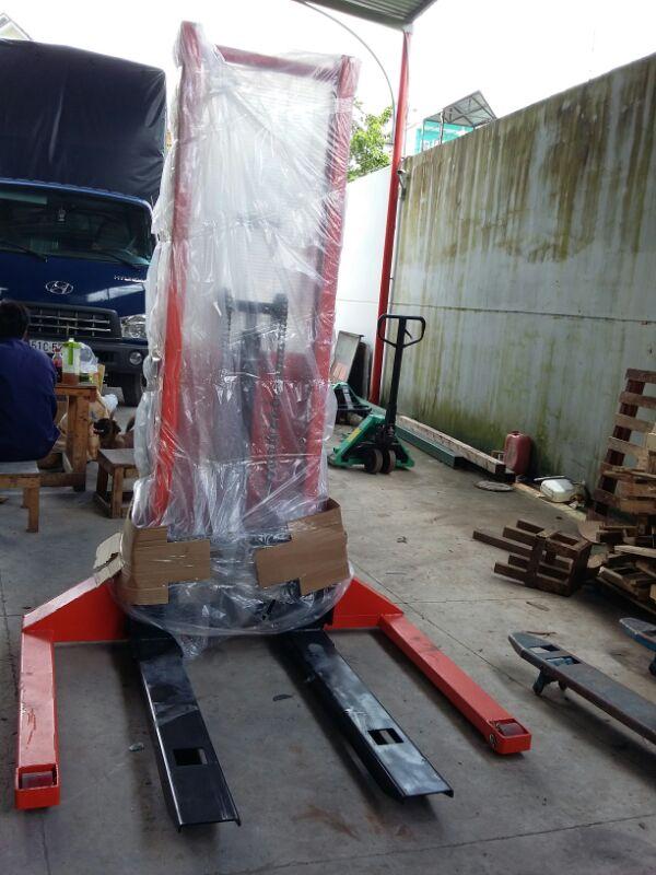 Xe nâng bán tự động  tải trọng 1 tấn nâng cao 4.5 mét, model: SES10/45 dạng chân khuỳnh được thiết kế đặc biệt chuyên dùng cho pallet 2 mặt