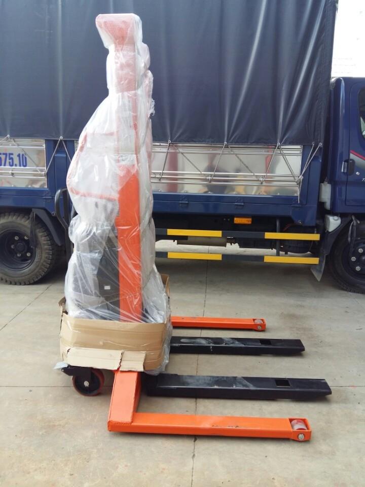 Xe nâng bán tự động chân khuỳnh là dòng xe có thể nâng hàng lên độ cao từ 4,5m với tải trọng từ 1000-1500kg