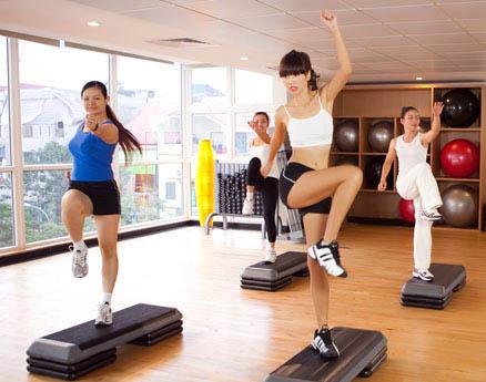 tập aerobic bằng bục dậm nhảy