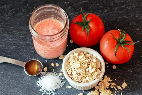 Tẩy da chết với bột yến mạch và nước cốt cà chua