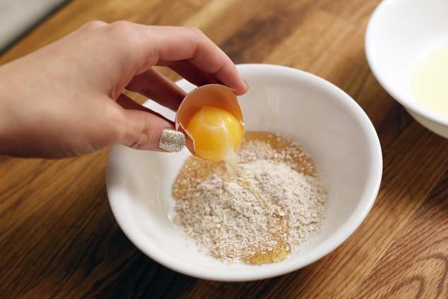 Trị mụn với lòng trắng trứng gà và bột yến mạch