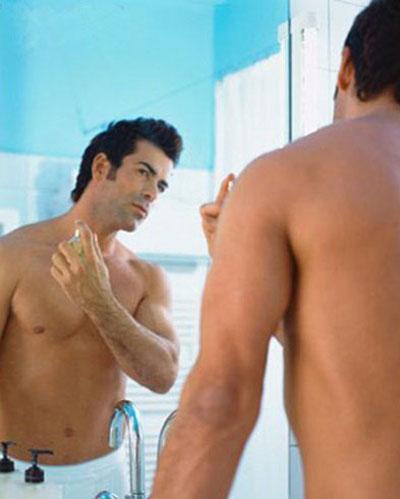 xịt nước hoa ngay sau khi tắm