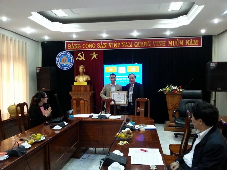Thầy Nguyễn Bình Minh nhận bằng khen