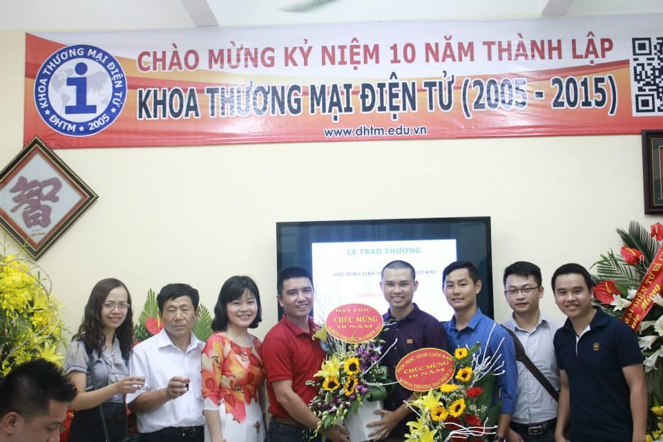 Hội cựu sinh viên đến tặng hoa chúc mừng