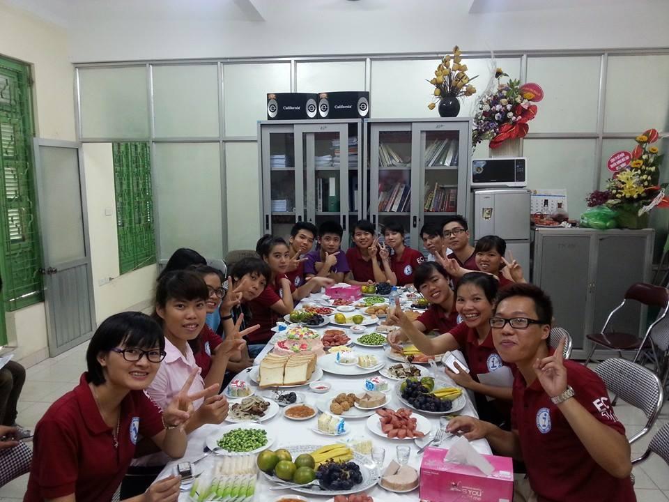 các bạn sinh viên khóa k48i, k49i, k50i đến chia vui và chúc mừng