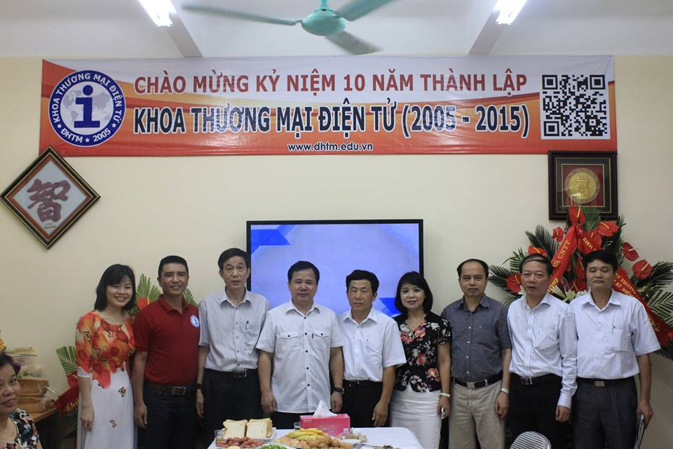 các thầy cô trong Ban Giám hiệu trường Đại Học Thương Mại tới chúc mừng