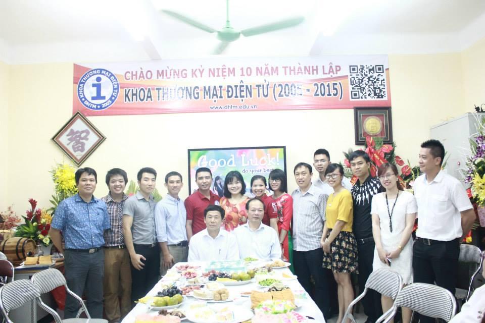các thầy cô xum họp chào mừng 10 năm thành lập Khoa Thương Mại Điện Tử