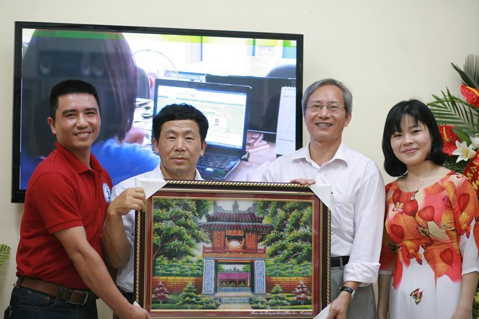 Đại diện hiệp hội thương mại điển tử Việt Nam đến chúc mừng