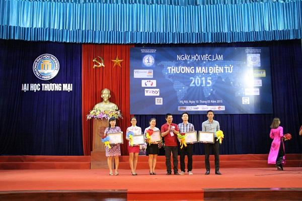 Thầy Th.s Nguyễn Bình Minh tặng hoa và giấy chứng nhận cho các nhà tài trợ