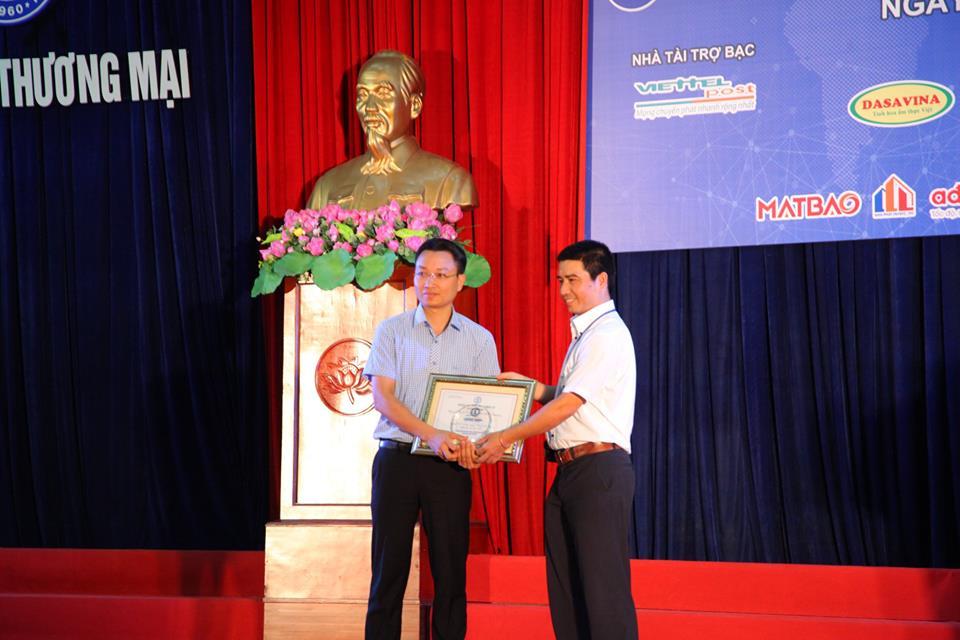 BTC trao Giấy chứng nhận và Kỷ niệm chương cho Nhà tài trợ Bạc của Chương trình.