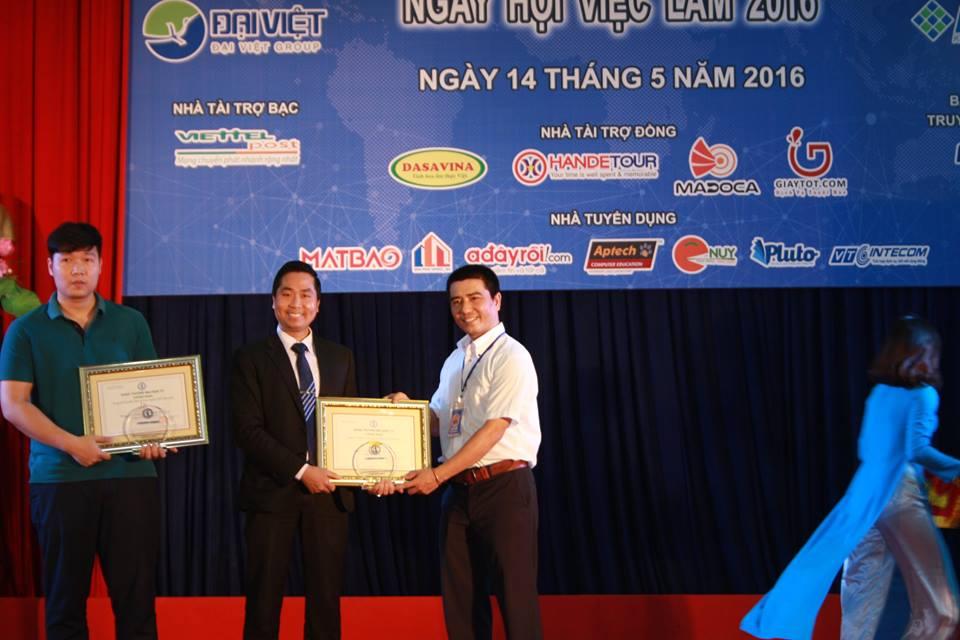 BTC trao Giấy chứng nhận và Kỷ niệm chương cho Nhà tài trợ Đồng của Chương trình.