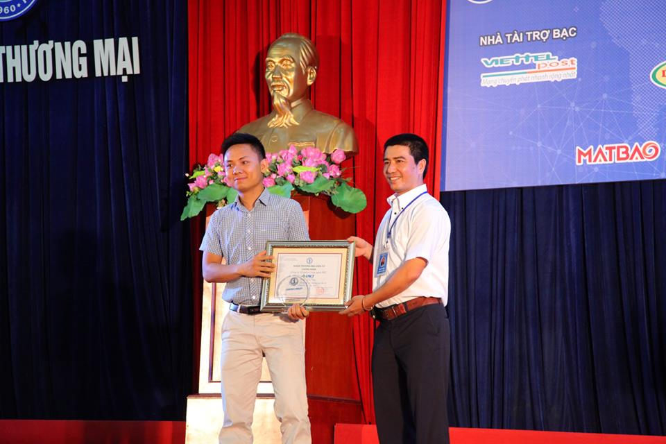 BTC trao Giấy chứng nhận và Kỷ niệm chương cho Nhà tài trợ Vàng của Chương trình.