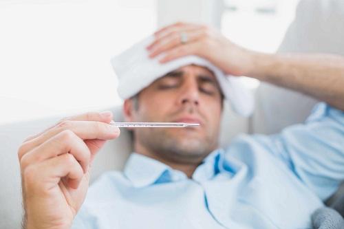 sốt phát ban ngứa ở người lớn