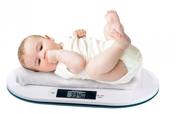 trẻ sơ sinh tăng cân chuẩn