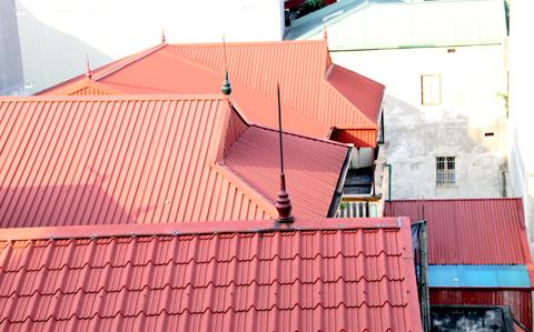 Mái tôn đã thay thế hầu hết mái ngói