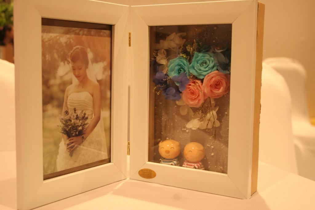 Khung Hình Hộp 3D hoa tươi mãi mãi và cặp heo xinh xắn