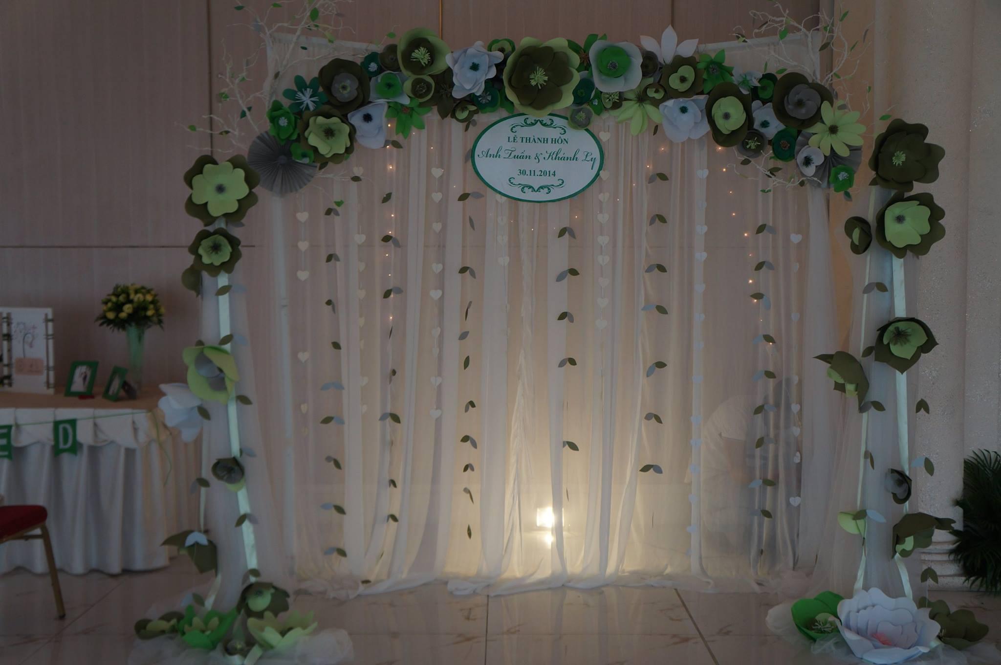 backdrop hoa giấy trang trí tiệc cưới tone xanh lá mộc mạc