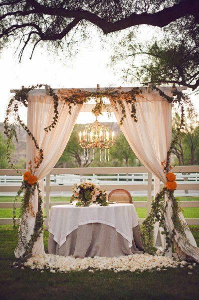 backdrop trang trí tiệc cưới ngoài trời phong cách mộc mạc