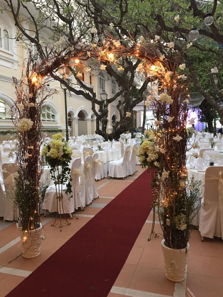 cổng hoa trang trí tiệc cưới phong cách mộc mạc