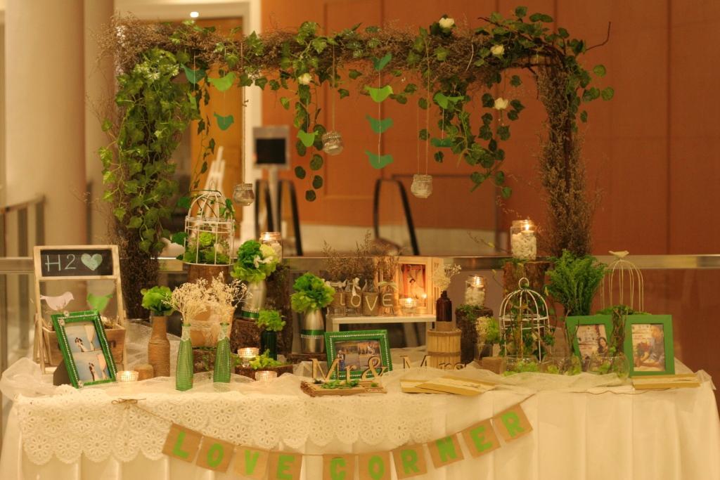 bàn đón khách trang trí tiệc cưới phong cách mộc mạc