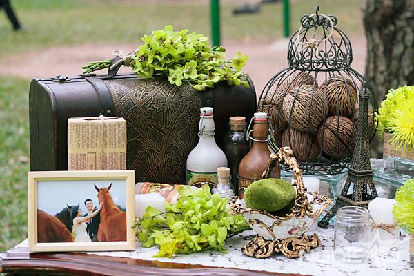 trang trí tiệc cưới ngoài trời phong cách mộc mạc màu xanh lá