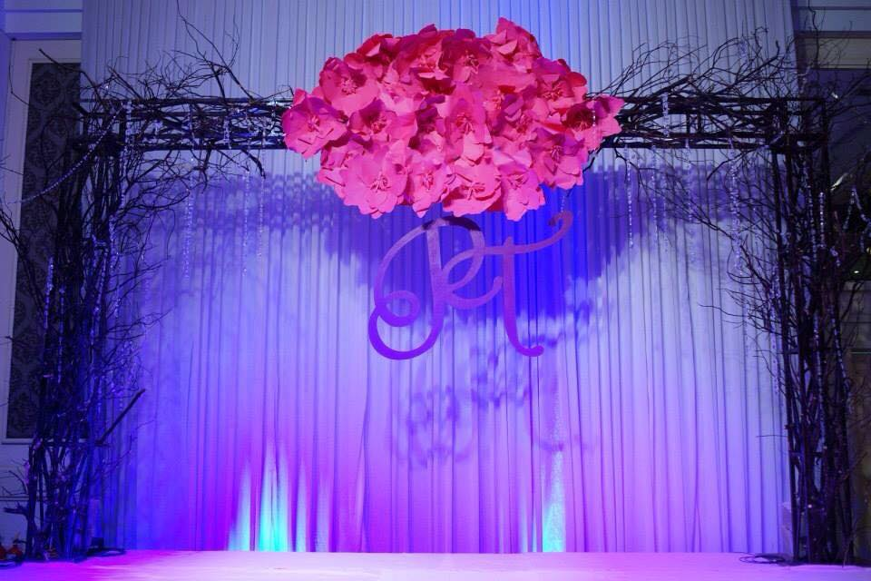 backdrop hoa giấy đỏ cây khô sân khấu