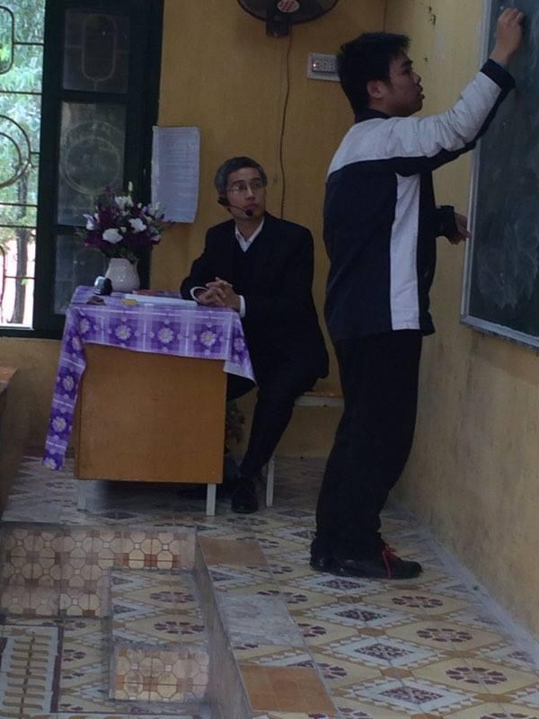 Giáo viên dùng máy trợ giảng
