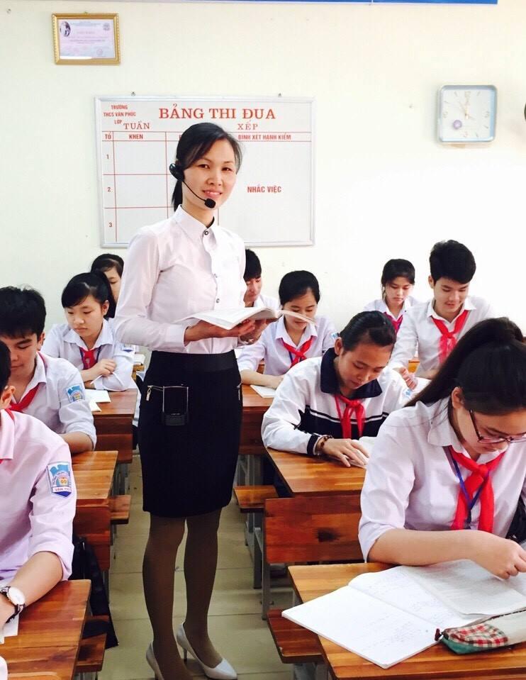 Giáo viên dùng máy trợ giảng thuận tiện di chuyển trong lớp