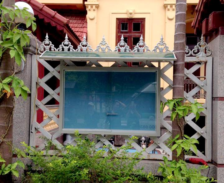 bảng thông tin cửa kính lùa có mái che