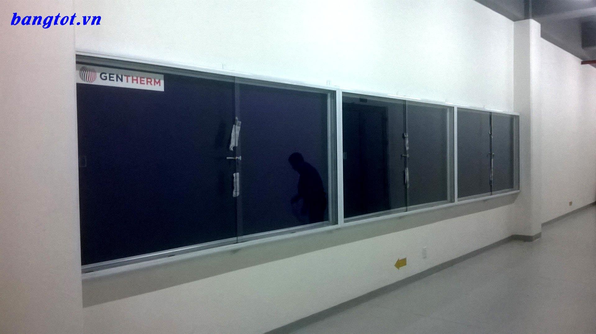 bảng tin cheo tường kính lùa