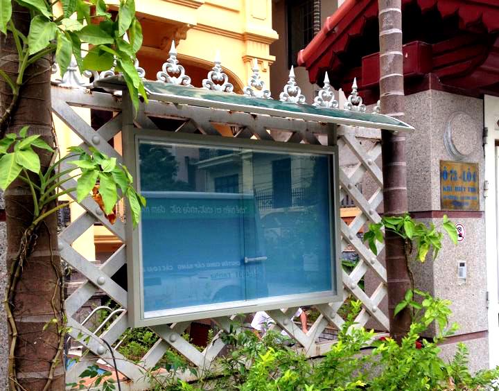 bảng tin cửa kính có mái che
