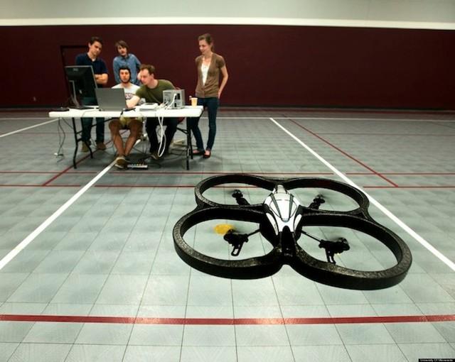 Điều khiển máy bay quadcopter bằng... suy nghĩ