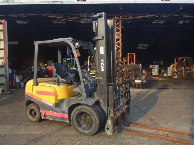 xe nâng dầu cũ TCM 2,5 tấn Chiucontainer