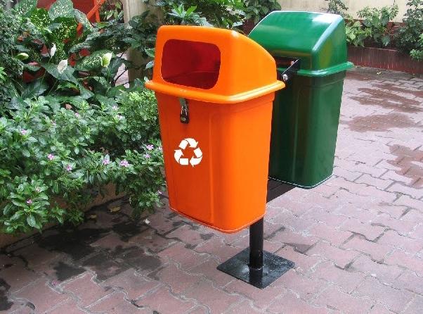 Thùng rác treo FTR007N2 nhựa composite với các màu cam, xanh lá Hàng Việt Nam mới 100% (Có trụ sắt kèm),Kích thước 43,7x33x69cm