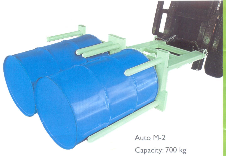 Bộ kẹp thùng phuy Auto M-2 dùng gắn cho xe nâng có động cơ để kẹp nâng 2 phuy thép loại 200 lít. Bộ kẹp phuy auto M-2 có thể kẹp nâng phuy ở cả chế độ phuy đứng hoặc phuy nằm.