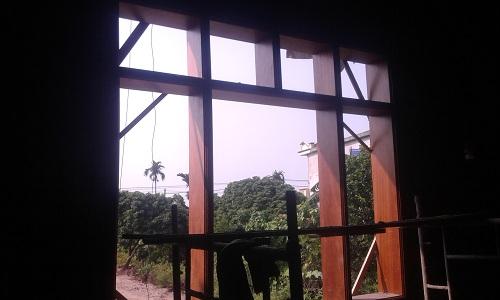 khuôn cửa sổ đang trong quá trình chèn khuôn vào