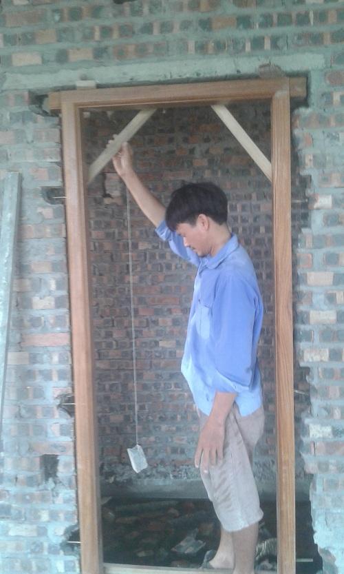 thợ gỗ đức cường đang câu khuôn cửa gỗ