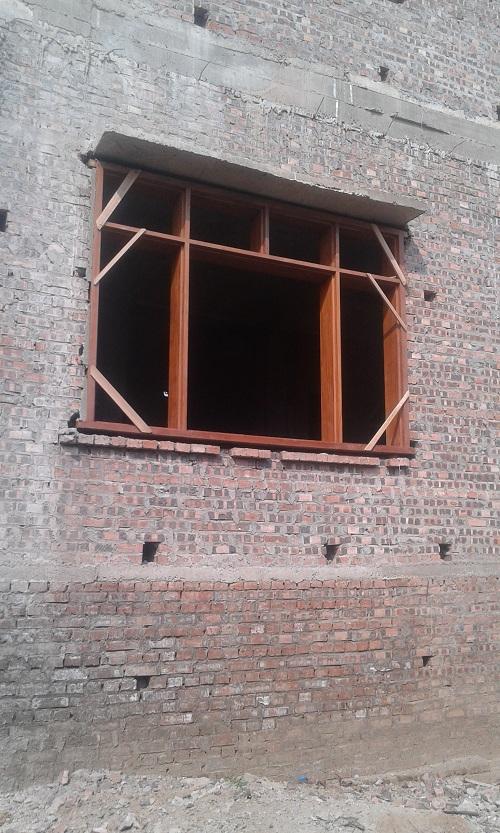 khung bao cửa sổ gỗ lim nam phi đang trong quá trinh chèn khuôn cửa