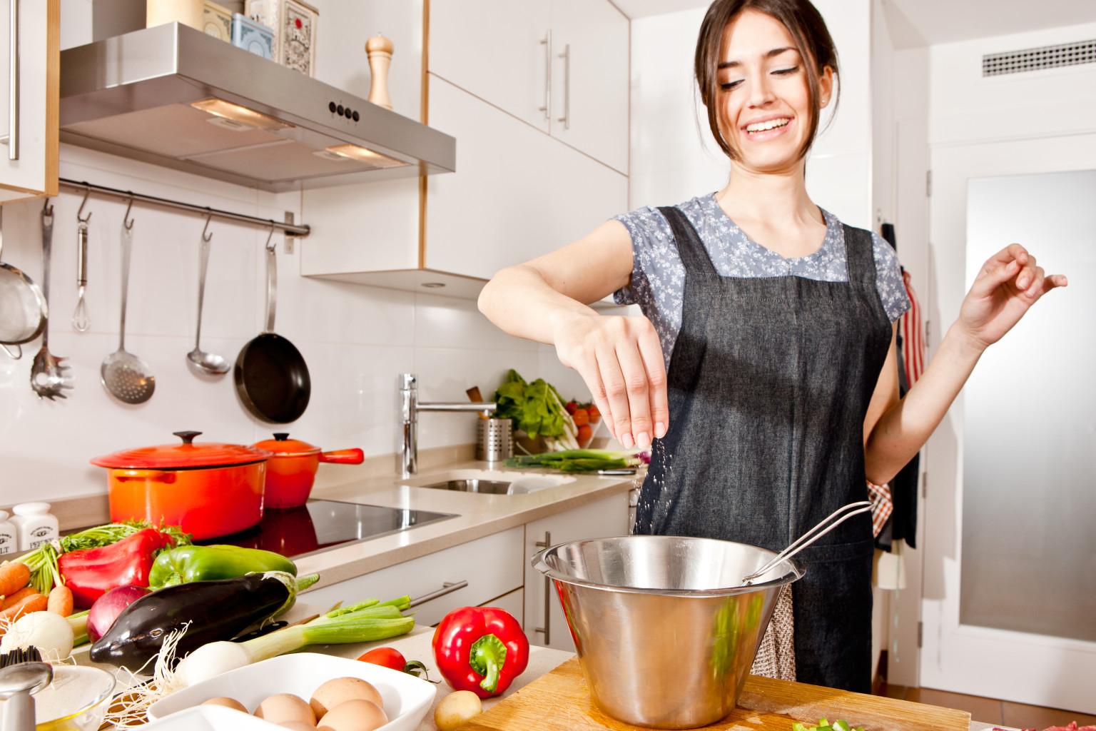 Tư thế nấu ăn bằng bếp từ đúng cách