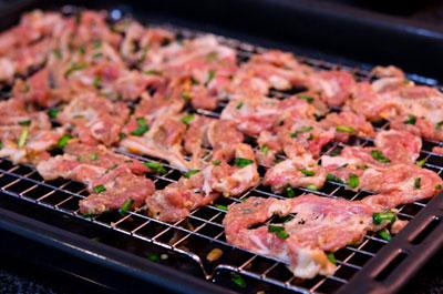 Cùng nấu món thịt heo nướng hẹ với bếp từ Giovani