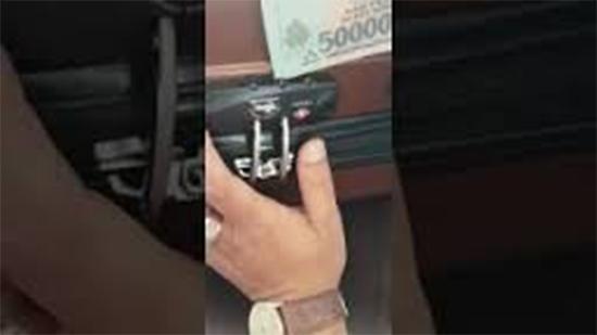 Cách mở ổ khóa số vali bằng tiền polime