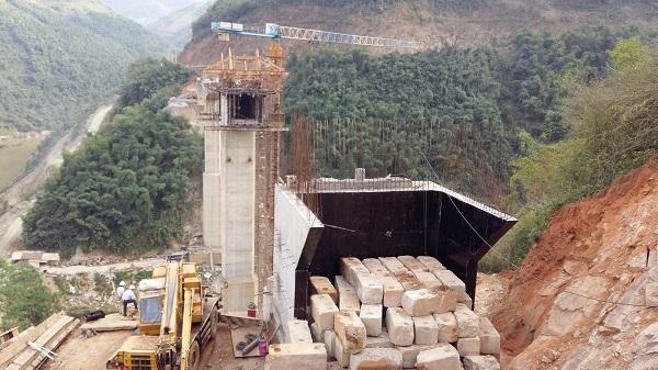 Hiện trường vụ tai nạn lao động khiến 4 công nhân thiệt mạng ngày 9.1 tại công trình xây dựng cầu suối Quanh (xã Trung Sơn, huyện Quan Hoá, tỉnh Thanh Hoá)