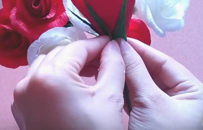 gắn cánh hoa hồng
