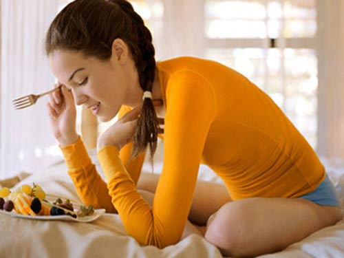 Mặc 1 bộ quần áo chật khi ăn
