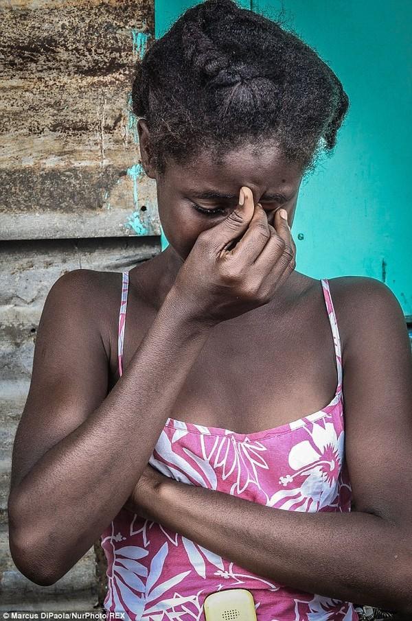 Cô gái vật vã nhìn thi thể mẹ tử vong do nhiễm Ebola bị đưa đi xa 3