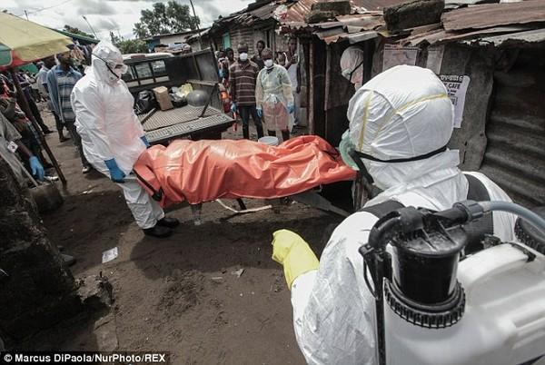 Cô gái vật vã nhìn thi thể mẹ tử vong do nhiễm Ebola bị đưa đi xa 4