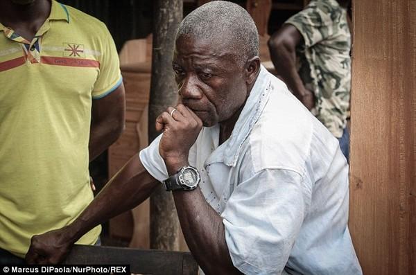 Cô gái vật vã nhìn thi thể mẹ tử vong do nhiễm Ebola bị đưa đi xa 7